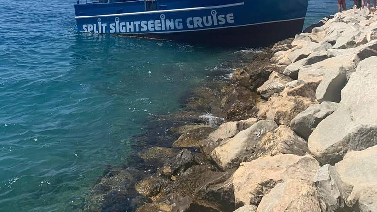 VIDEO U Splitu se nasukao brod s turistima: 'Odgurali smo ga, kapetan je obećao gajbu piva'