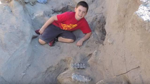 Dječak i fosil