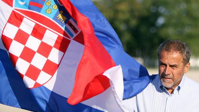 Barjaktar Miki: Daje 4 milijuna za dizanje i spuštanje zastava