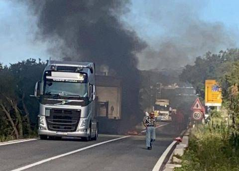 U sudaru kamiona i motocikla izbio požar, ozlijeđena žena