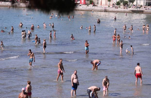 Na Bačvicama danas pravi ljetni dan: Plaža puna od ranog jutra