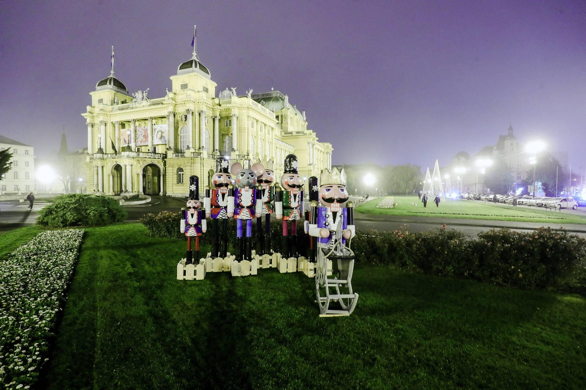 Ispred HNK u Zagrebu postavljene su figure Orašara
