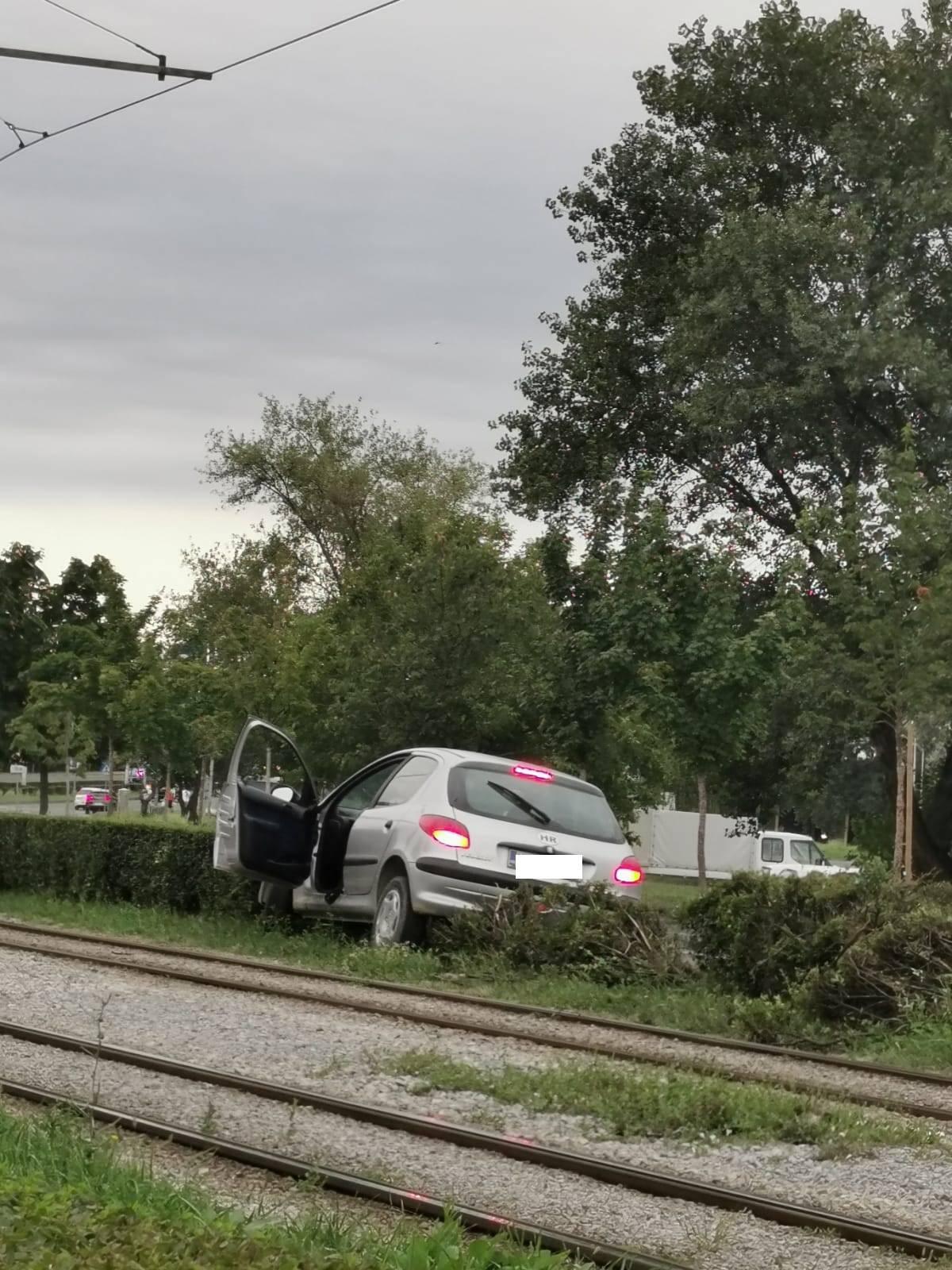 Izgubio kontrolu nad vozilom pa skoro završio na tračnicama