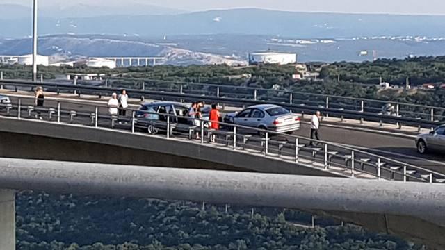 Dvoje ozlijeđenih u frontalnom sudaru na vijaduktu kod Bakra