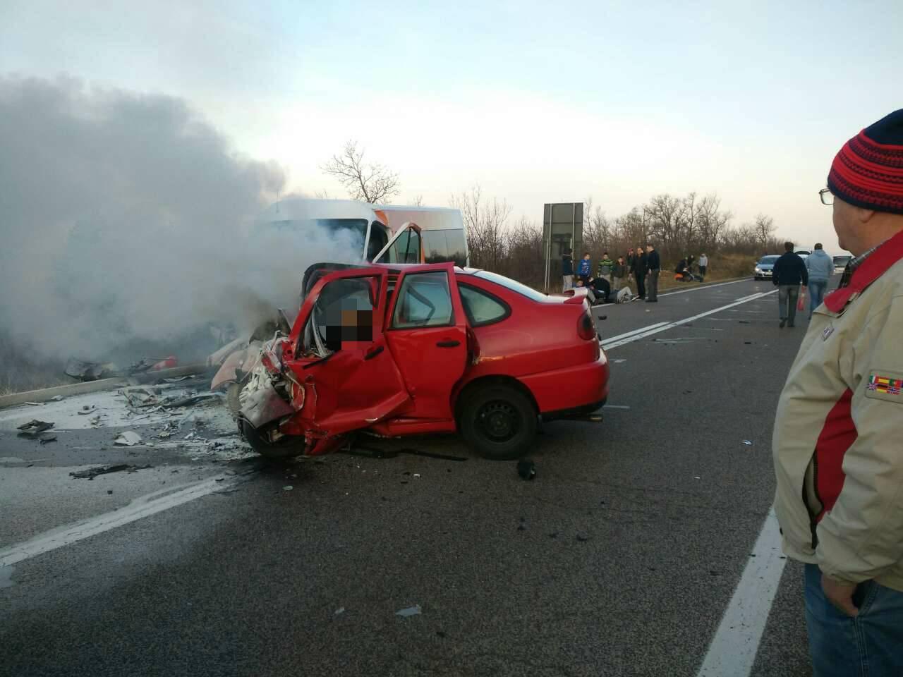 Užas kod Crikvenice: Vozač se zabio u minibus i izgorio u autu