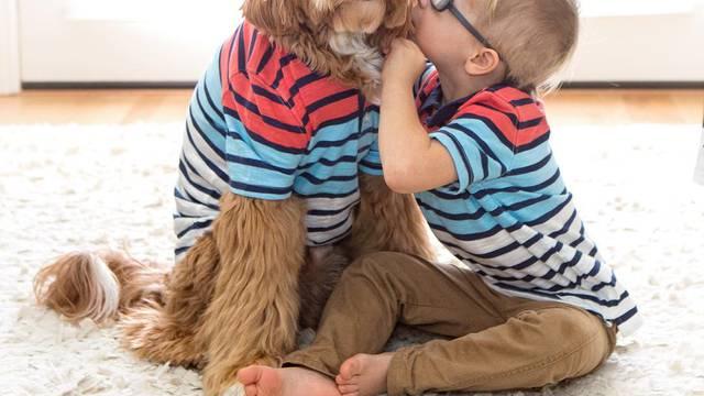 Posvojeni u isto vrijeme: Pas i dječak najbolji su prijatelji
