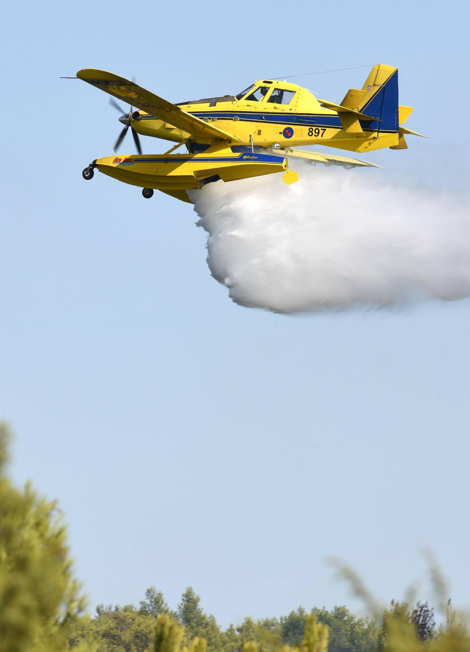 MORH objavio: Dva airtractora gase požar u zaleđu Vodica