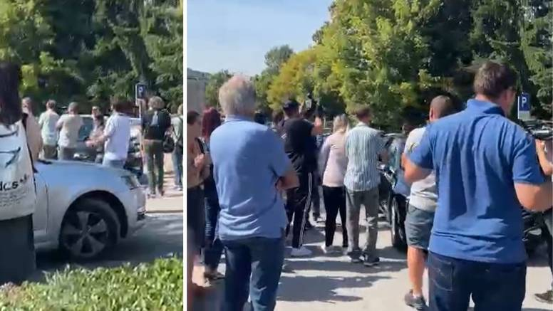 VIDEO Nekolicina prosvjednika krenula za Fuchsom, on ih je ignorirao i samo ušao u auto