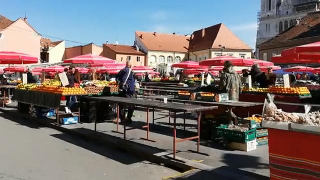 Pandemija u tijeku, a Dolac pun ljudi: Cijene voća i povrća pale