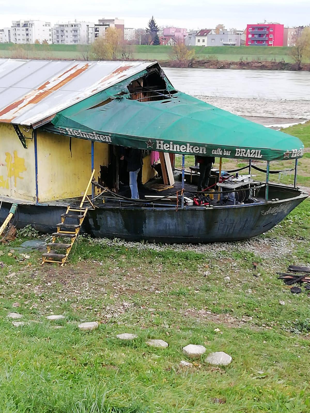 Požar je podmetnut? Izgorio je brod Brazil uz nasip u Zagrebu