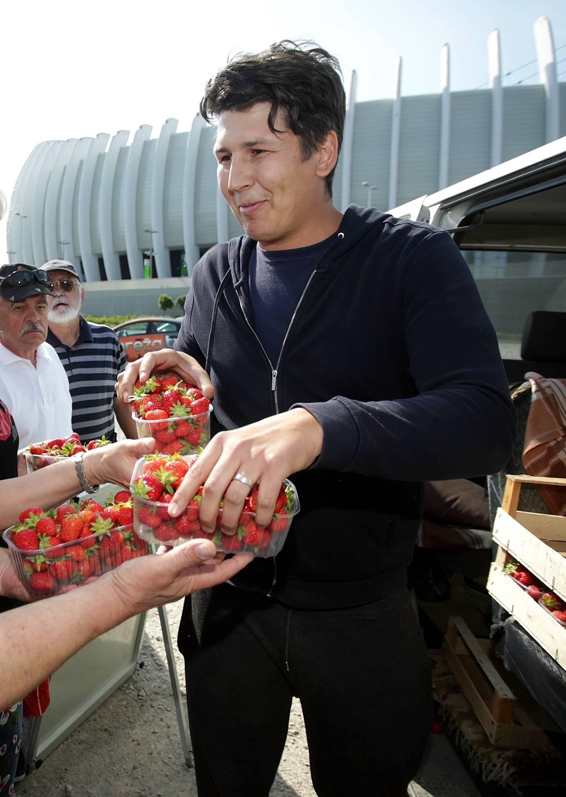 Živi zid će otkupiti jagode od proizvođača i dijeliti građanima