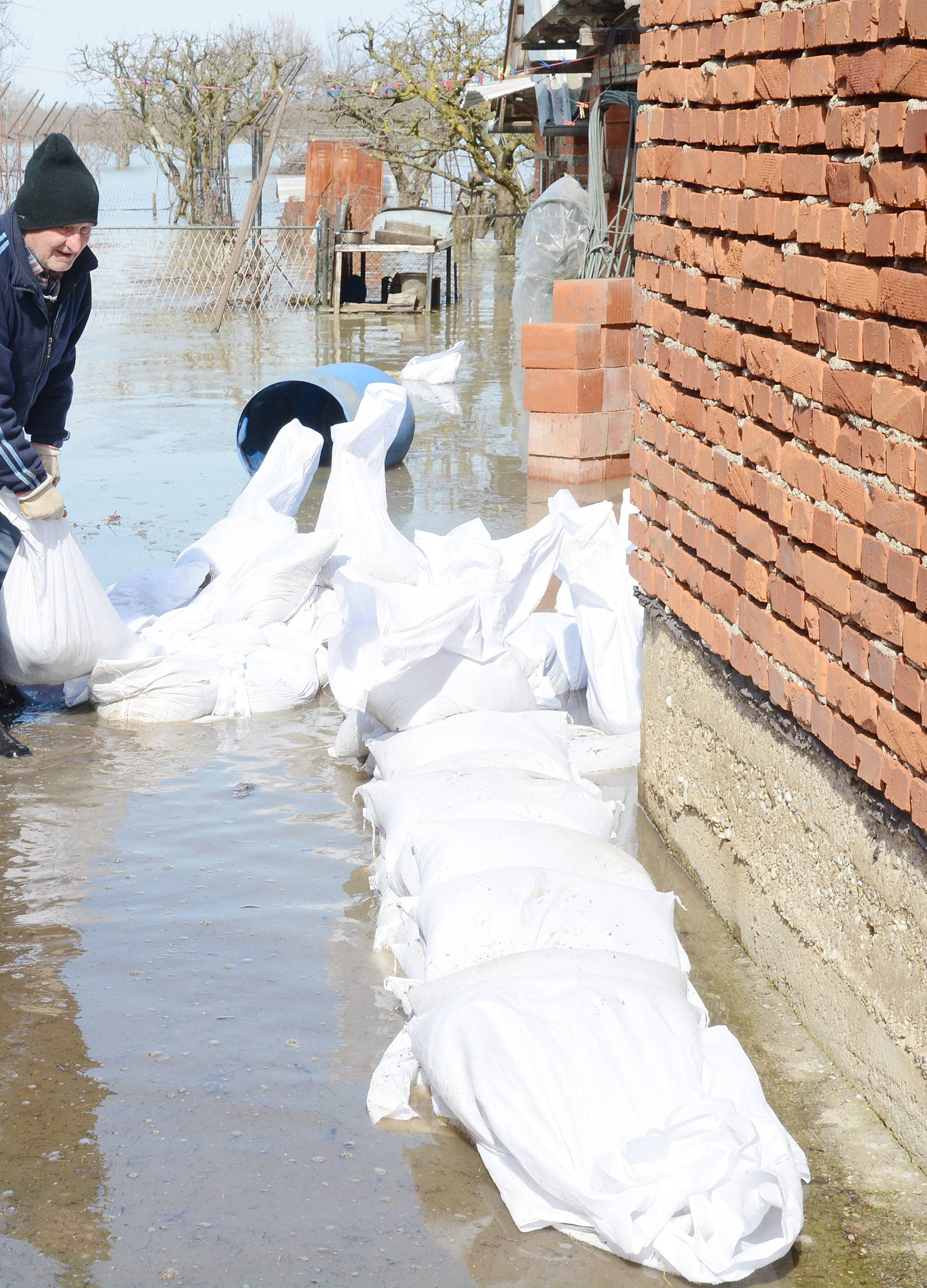 Nasipi su raskvašeni, a nekim naseljima prijete zaobalne vode