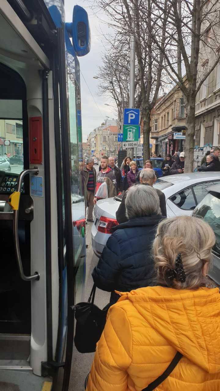 Auto blokirao tramvaje: Trojica ga maknuli, pozvali su i 'pauk'