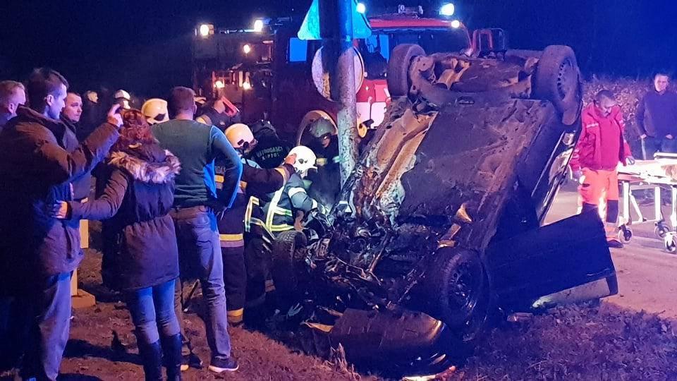 Auto smrskan, vozača iz auta vadili vatrogasci: 'Jaukao je'