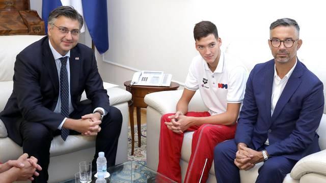 Zagreb: Andrej Plenković ugostio Franka Grgića, svjetskog juniorskog prvaka u plivanju