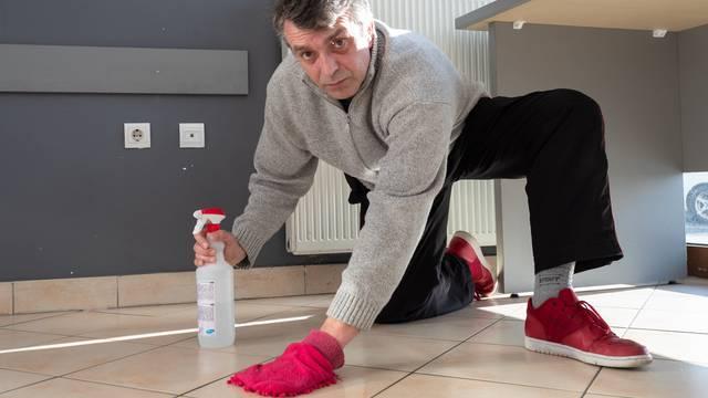 Zagrepčanin: Ako žene mogu kositi, mogu i ja prati podove