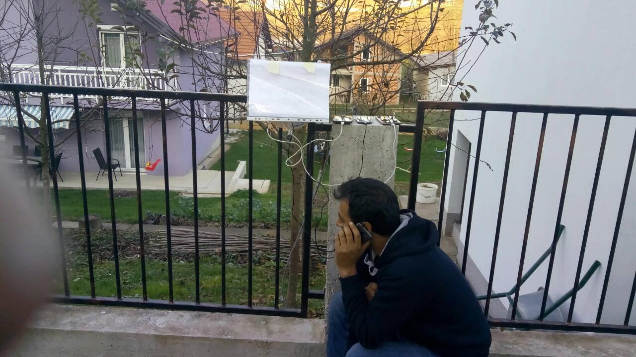 Ispred kuće stavio produžni za migrante: 'Tu punite mobitele'
