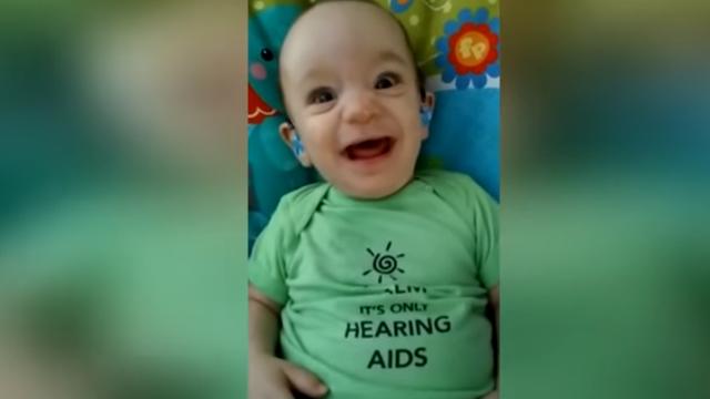Dirljivo: Pogledajte trenutak kada beba prvi put čuje mamu