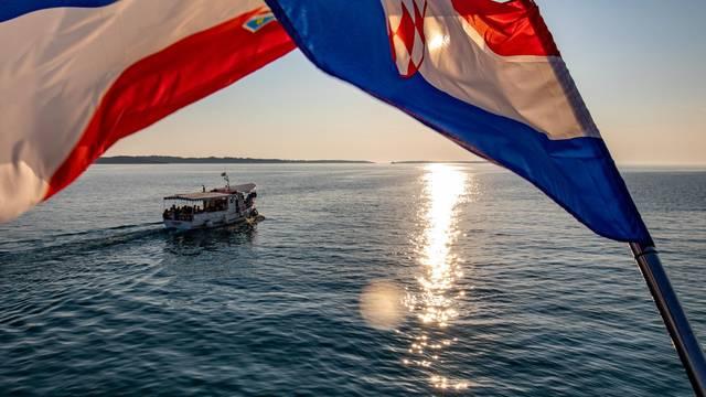 Hrvatska zastava vijori na vjetru