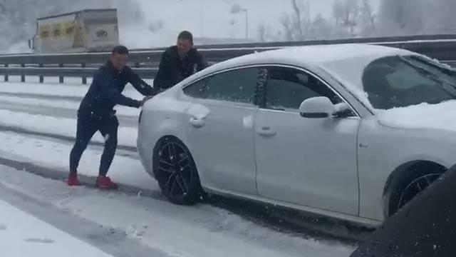 Riječani zaglavili u snijegu: Ma, samo smo pomagali suigraču...