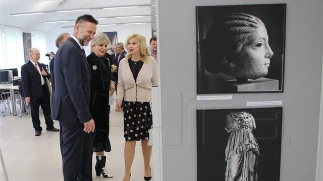 Postavljena je prva izložba na fakultetu Hrvatski studiji i to o spomenicima na fotografijama
