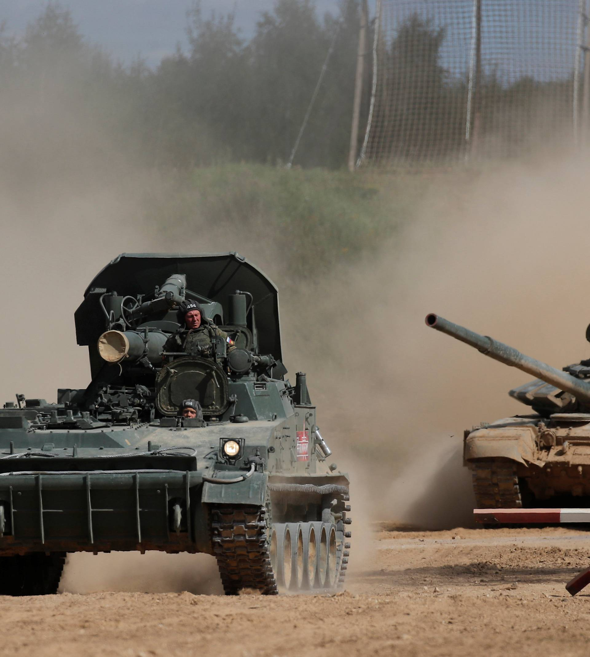 """A Russian 2S4 Tyulpan self-propelled mortar and a T-72 B3 tank perform during the annual international military-technical forum """"ARMY"""" in Alabino"""