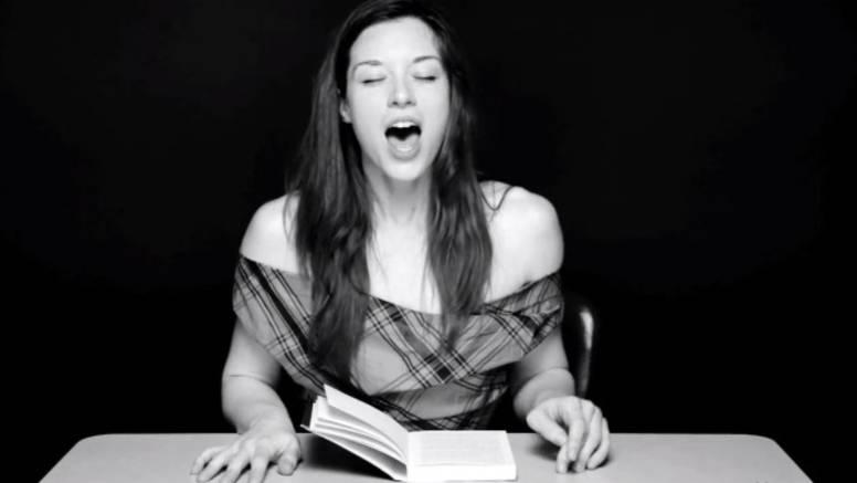 Snimao je djevojke kako čitaju naglas dok sjede na vibratoru
