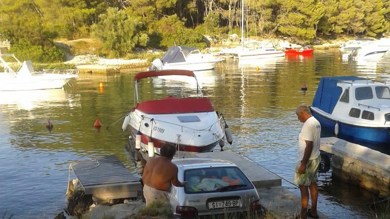 Nisu zakočili automobil pa je prednjim dijelom upao u more