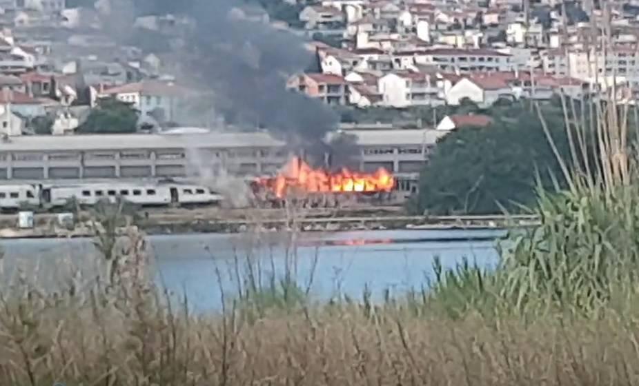 'Vatra je iznenada planula': U Solinu izgorio željeznički vagon