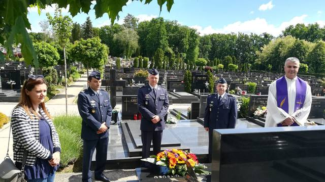Hrvatsko ratno zrakoplovstvo položilo vijenac na Mirogoju za Rudolfa Perešina