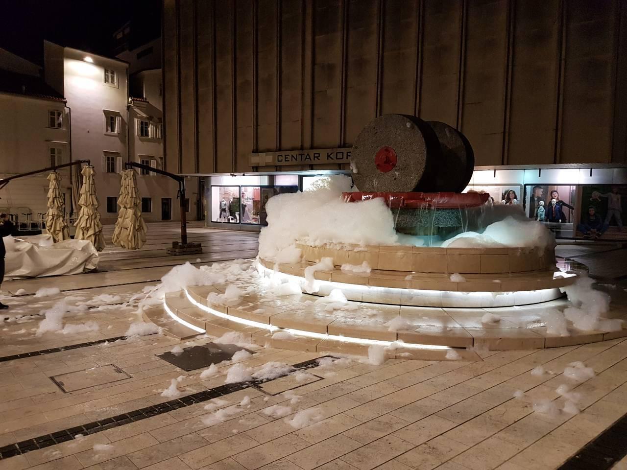 Zapjenio se korzo: Ubacili su deterdžent za suđe u fontane