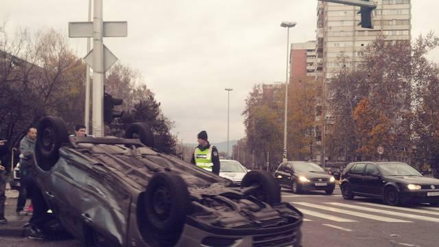 Sudar na Knežiji: Auto završio na krovu, a ozlijeđeni u bolnici