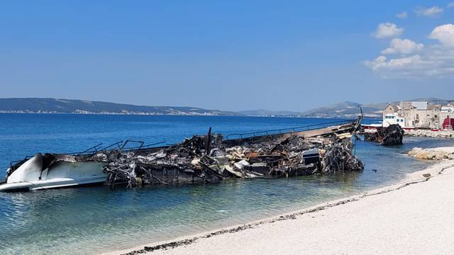 Izgorjele jahte još su na plaži u Kaštelima: Je li kriv kuhar, signalna raketa ili - masoni?!