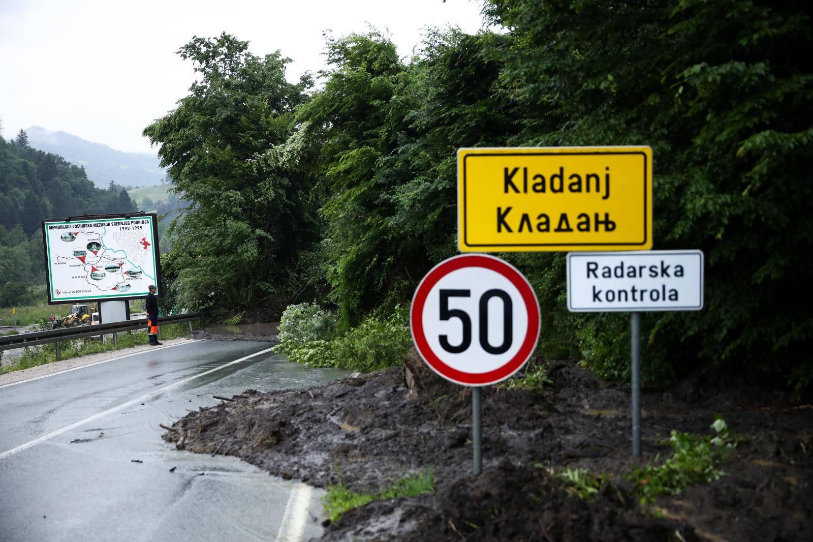 Kladanj: Zbog klizišta zaustavljen promet na relaciji Tuzla - Sarajevo