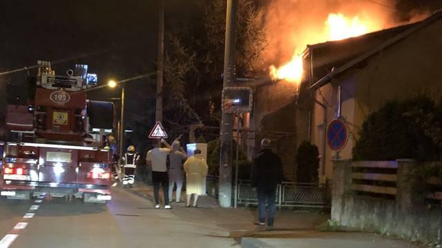 Zapalio se krov kuće u Dubravi, vatrogasci spasili i drugu kuću