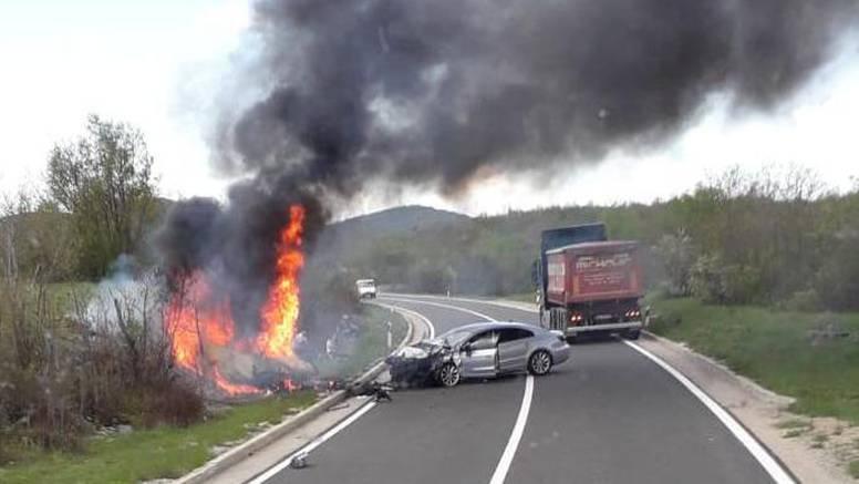 Užas kod Udbine: Muškarac poginuo u gorućem Citroënu, u auto se zabio vozač Passata