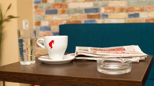 Čaše i šalice u kafiću