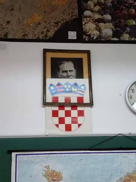 Hrvatski grb 'otklizao' i otkrio druga Tita iznad školske ploče