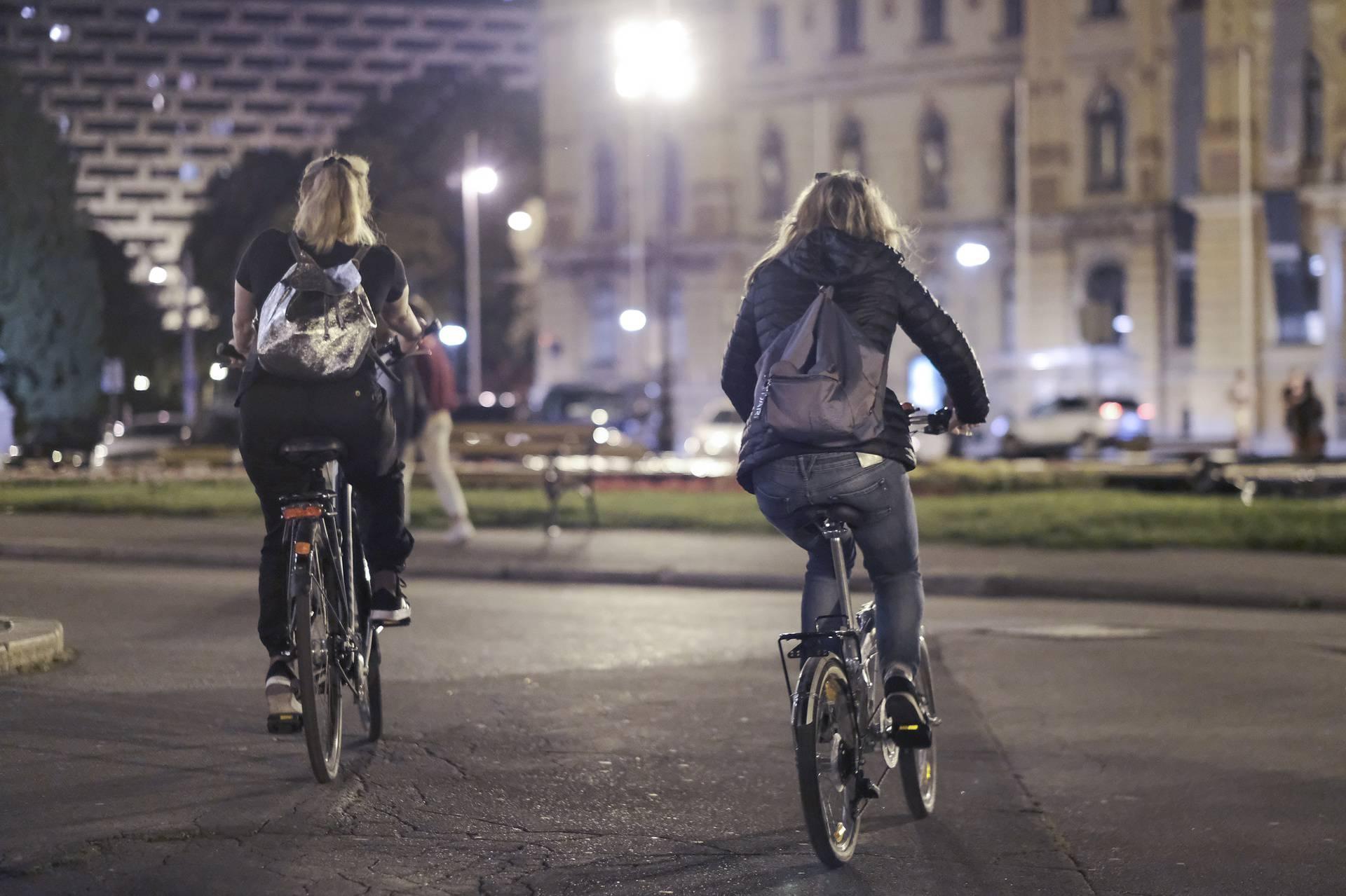 Zagreb: Okupljanje mladih ispred HNK