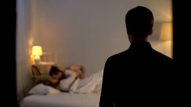 Uhvatio ženu u seksu s drugim: Žalim zbog svoje glupe reakcije