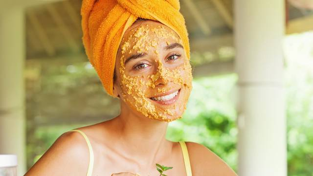 Za manje bora: Na lice, vrat i dekolte stavite masku od meda