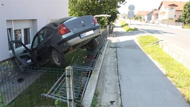 Vozačica (60) je u 9:30 sletjela s ceste, zabila se u kuću pokraj, a potom  napuhala 1,67 promila