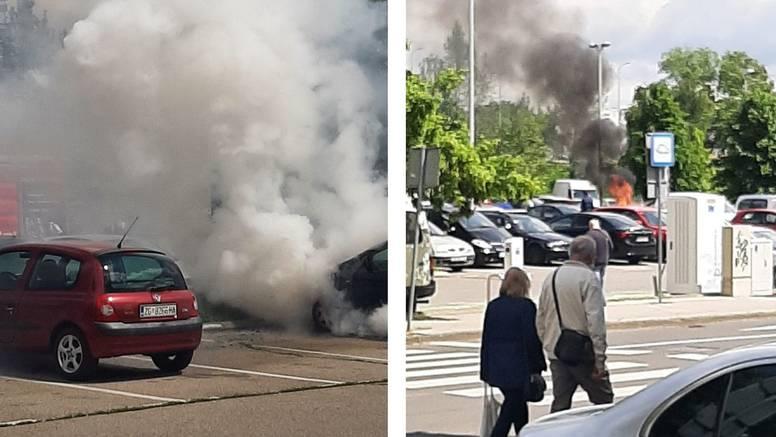 Izgorio automobil na Savici: 'Samo je odjednom planulo iz njega, šikljao je gusti dim'