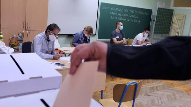 Split: Građani od ranog jutra na biralištima glasuju za svoje kandidate na lokalnim izborima