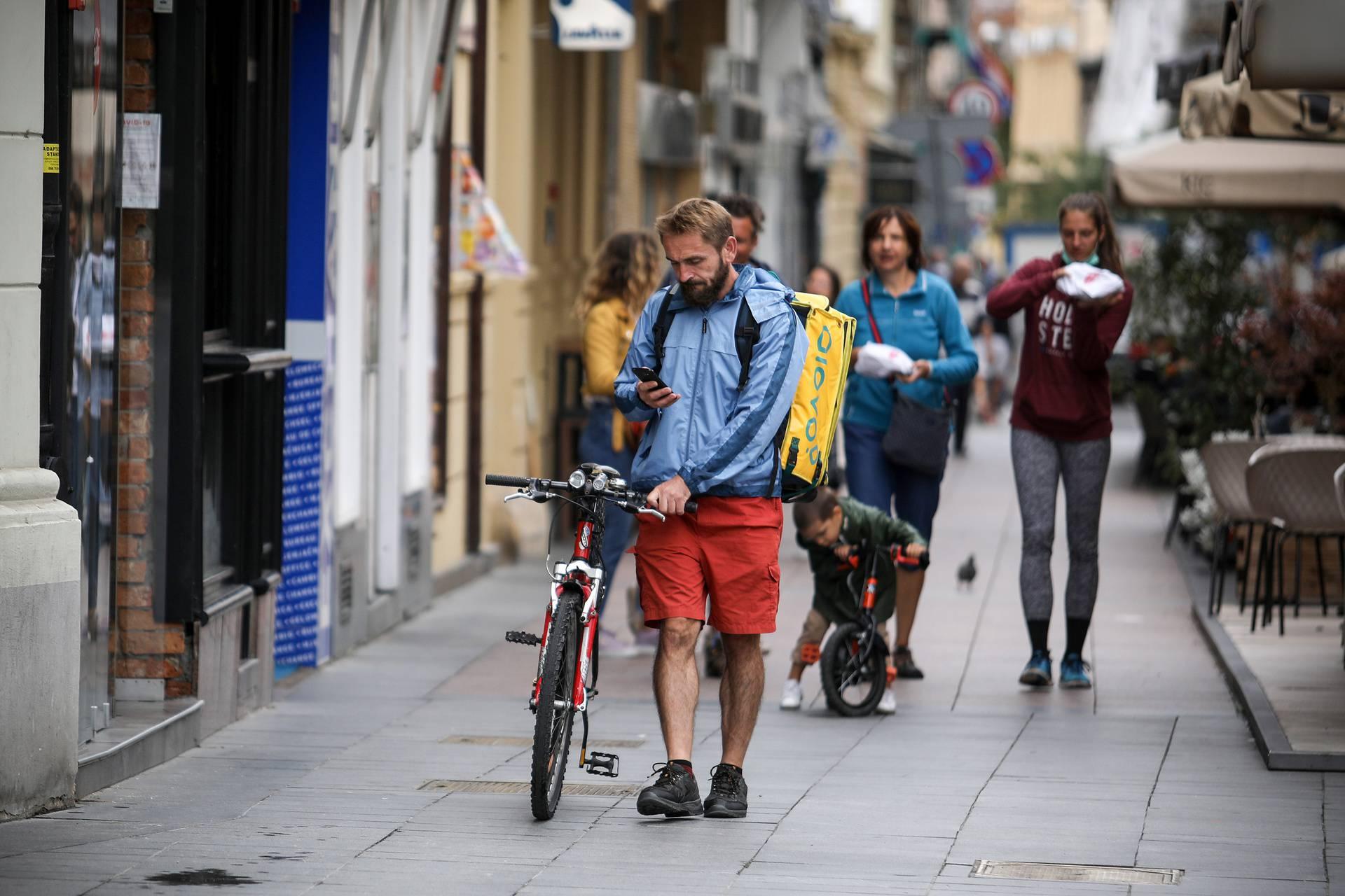 Zagreb: Prohladno i promjenjivo vrijeme navelo je građane na topliju odjeću