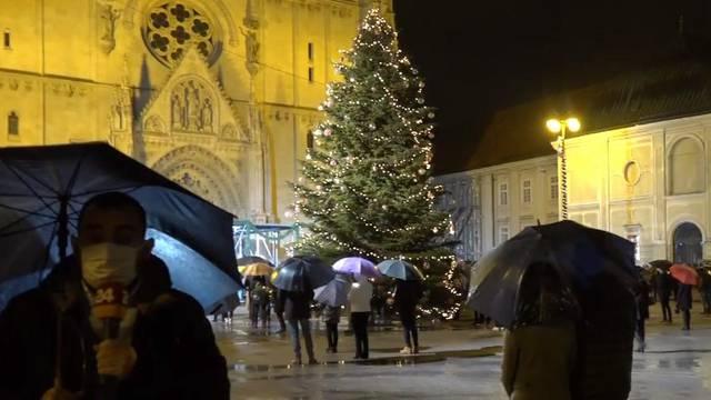 Kiša nije omela vjernike ispred  zagrebačke katedrale, u Splitu kasnili s početkom polnoćke