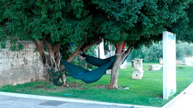 Turisti u Šibeniku na snalažljiv način našli mjesto za spavanje
