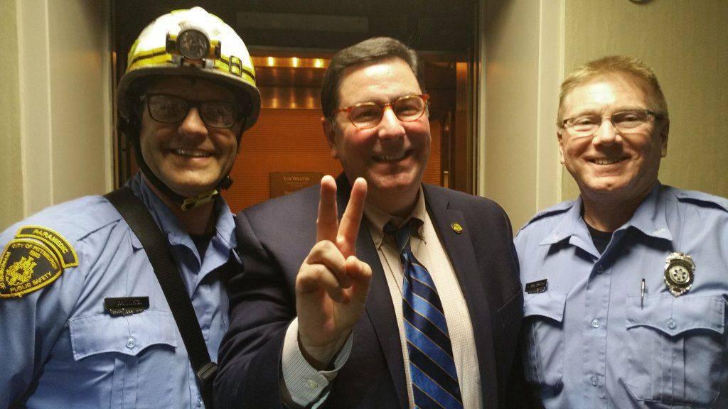 Išla tri gradonačelnika i zapeli u liftu, spašavali ih 40 minuta