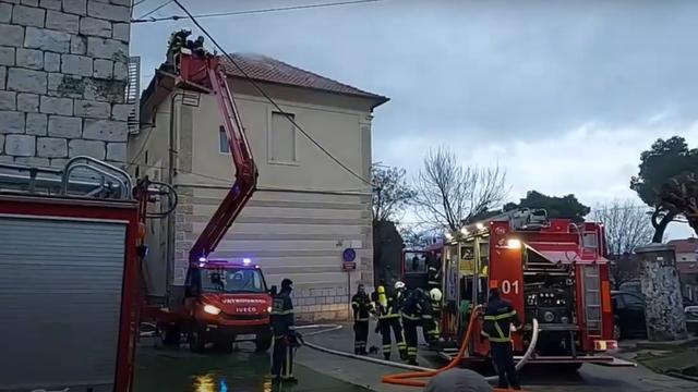 Požar u staroj školi u Kaštel Sućurcu gasilo 20 vatrogasaca