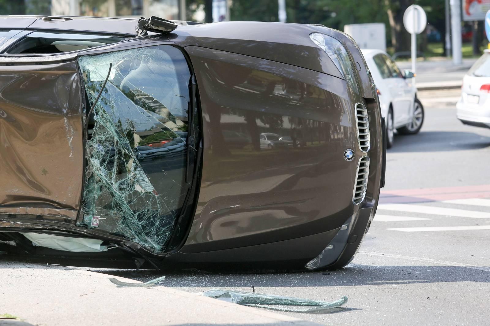 Zagreb: Prometna nesreća na križanju Vukovarske i Koranske ulice, auto završio na krovu